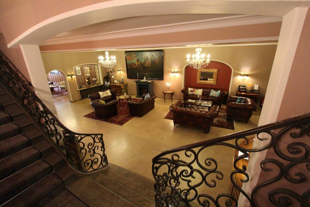 Blick vom Treppenahsu in die Hotelhalle_original